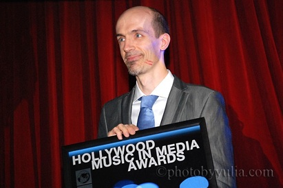 Corrado Rossi recogiendo el galardón en los 2011 Hollywood Music in Media Awards. Foto de Yulia.com